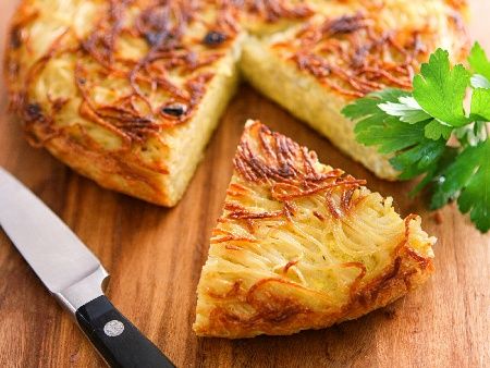 Пататник от сурови картофи, яйца, сирене и лук на тиган - снимка на рецептата